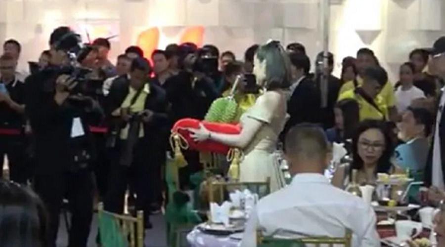 Quả sầu riêng trị giá 48.000 USD được mang ra trong cuộc đấu giá ở Thái Lan. Ảnh CNA
