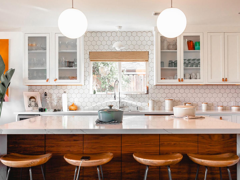 Thiết kế bếp đơn giản mang đến không gian thoáng mát, không bị ám mùi