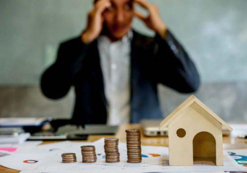 Người bán cũng khốn đốn nếu bị người mua bẻ kèo do sơ hở trong hợp đồng đặt cọc mua nhà đất. Ảnh minh họa