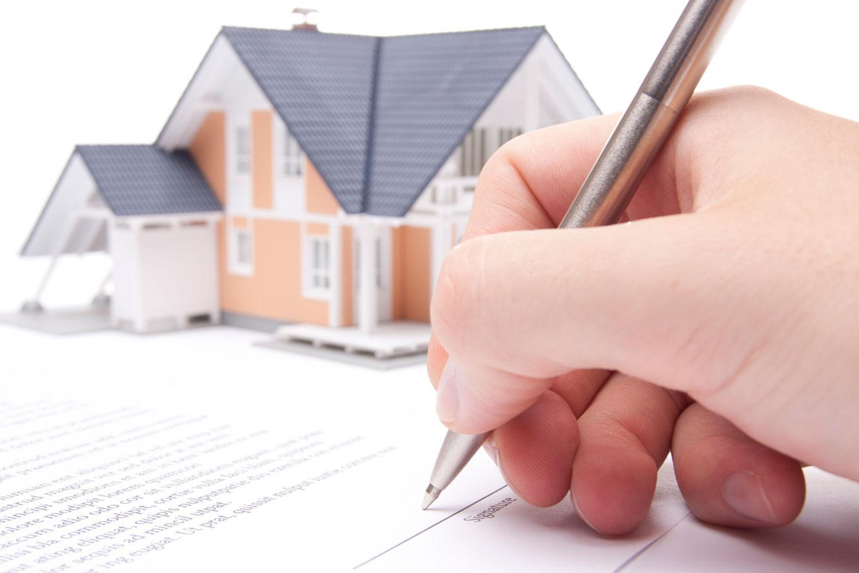 Việc mua bán nhà đất bằng giấy tờ tay tiềm ẩn không ít rủi ro. Ảnh minh họa: Internet