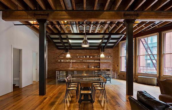 Màu sắc của trần và sàn gỗ kết hợp ăn ý với màu của bức tường gạch đỏ. Dầm gỗ góp phần tạo ra không gian mang vẻ đẹp hiện đại, cá tính.