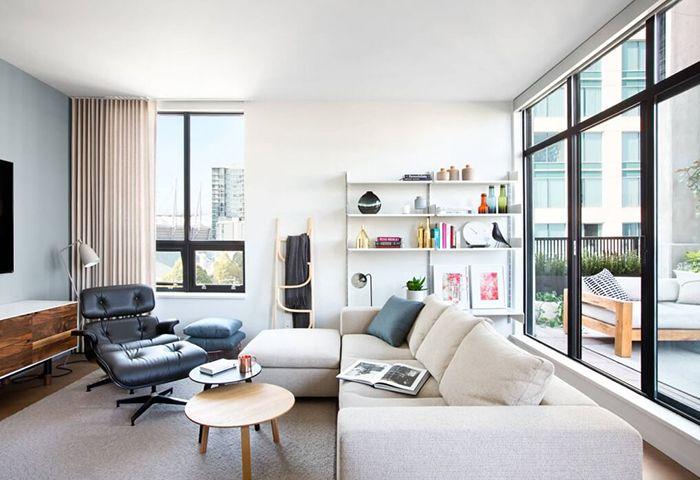 Trong phòng khách này, bàn trà đôi và ghế da thư giãn là những món nội thất có tính di động cao, dễ dàng di chuyển tới vị trí khác khi cần.