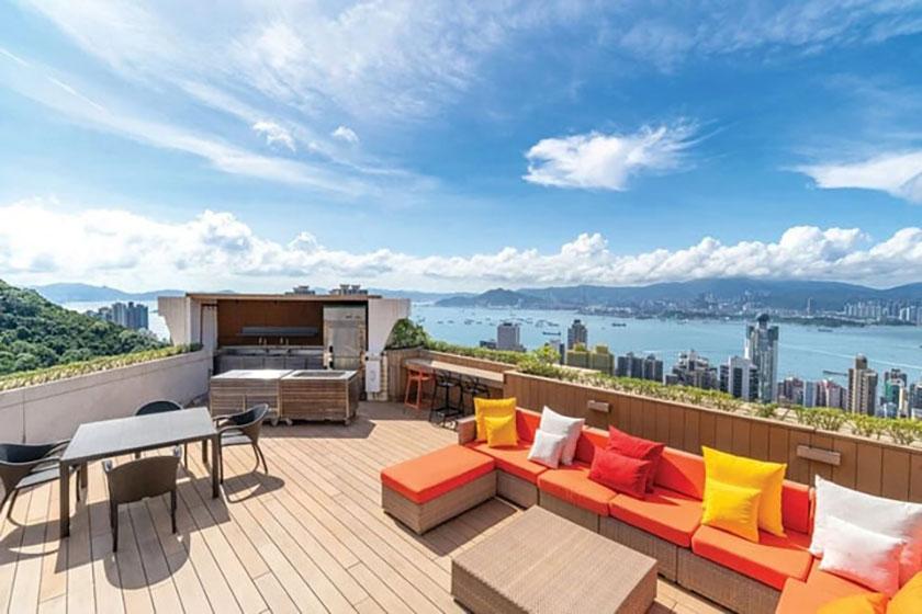 Tầm nhìn từ khu vườn áp mái của một căn penthouse trên đường Po Shan, Hồng Kông. Ảnh: Handout.