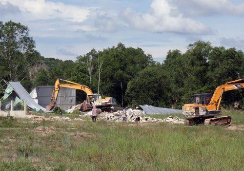 Xử lý các trường hợp vi phạm đất đai, xây cất trái phép trên địa bàn xã Dương Tơ, huyện Phú Quốc (Kiên Giang). Ảnh: Lê Huy Hải/TTXVN