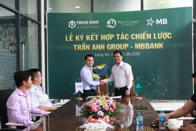 Đại diện ngân hàng MBBank Ông Nguyễn Minh Châu – GĐ MBBank Bình Hưng (trái) – Ông Hà Văn Thiện, P.TGĐ Kinh doanh Trần Anh Group (phải)
