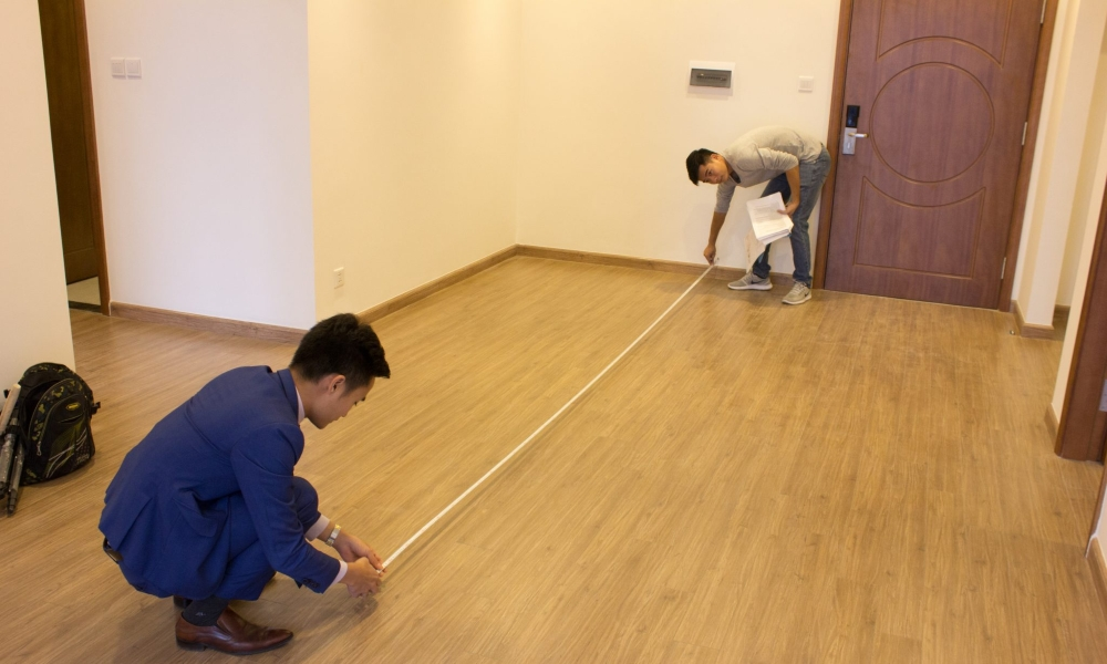 Mỗi mét vuông sàn có giá trị không hề nhỏ nên bạn cần đo đạc và tính toán diện tích thật cẩn trọng khi nhận bàn giao căn hộ chung cư.