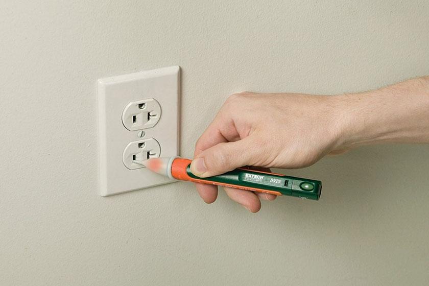 Kiểm tra tình trạng có điện của các ổ cắm bằng bút thử điện hoặc sạc điện thoại.
