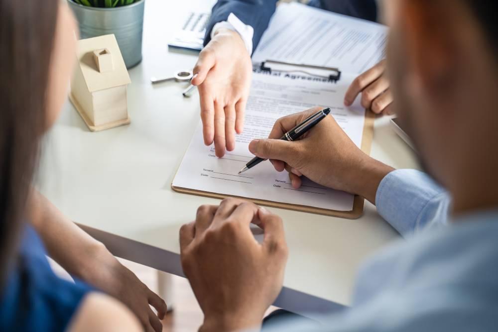 Môi giới bất động sản chuyên nghiệp không chỉ tư vấn, hỗ trợ thủ tục pháp lý khi mua nhà mà còn giúp gia chủ định giá tài sản, thương lượng giá... Ảnh minh họa