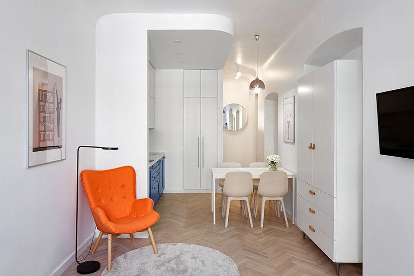 Với tông màu trắng chủ đạo và nội thất nhỏ gọn, không gian ăn uống trong căn hộ dưới 40m2 trông thật gọn gàng, tinh tế. Lối đi lại vẫn rất thoáng đãng.