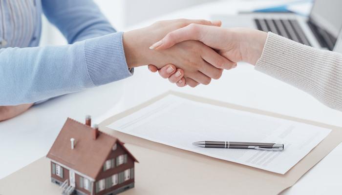 Người mua cần hỏi kỹ các vấn đề liên quan đến sổ hồng trước khi xuống tiền giao dịch. Ảnh minh họa