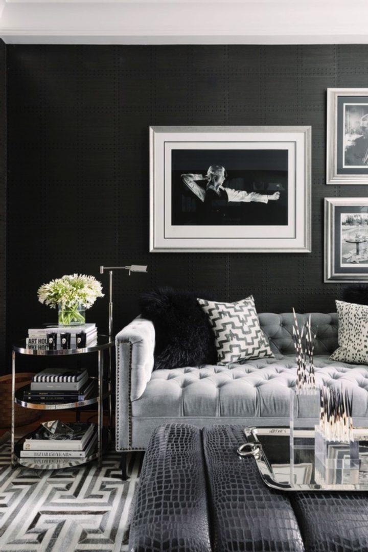 Phòng khách với tường xám đậm và nội thất màu xám nhạt tương phản mang đến cái nhìn hiện đại, tinh tế, cực hút mắt.