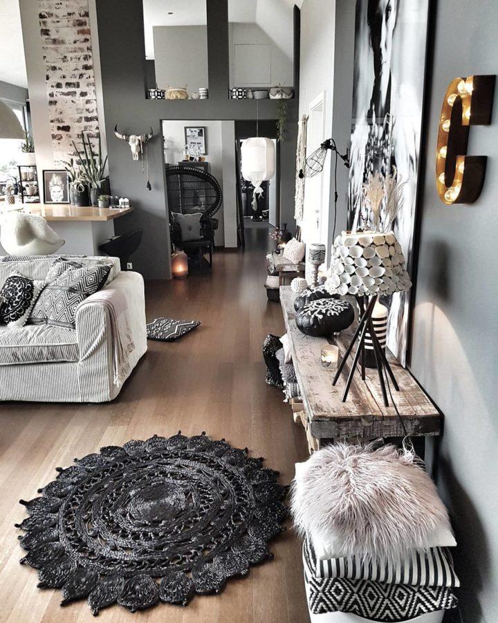 Với những phòng khách nhỏ có tường sơn màu xám đậm, hãy sử dụng thêm nội thất hoặc phụ kiện màu sáng để tạo cảm giác thoáng rộng hơn.