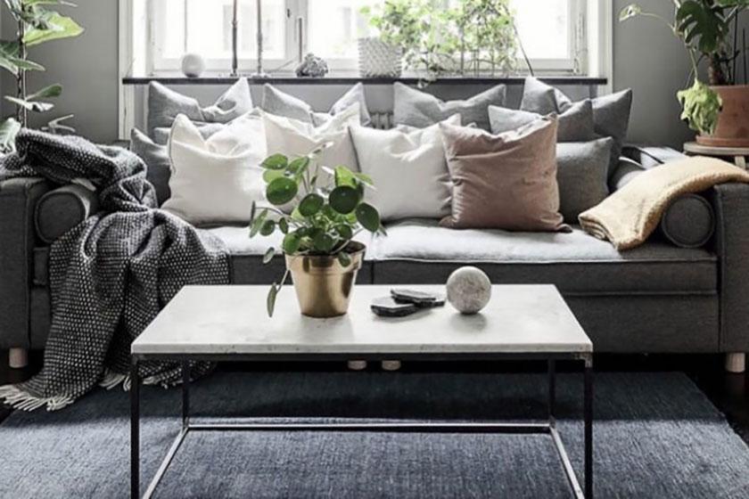 Với tường phòng khách màu xám nhạt, bạn nên sử dụng nội thất màu xám đậm, tuy nhiên kích thước nhỏ hoặc vừa phải.
