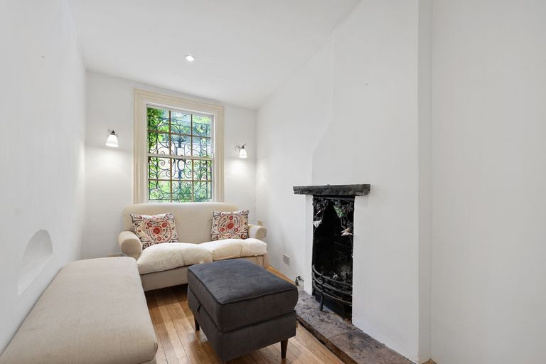 Bạn có thể đi từ phòng khách, phòng ăn đến 2 phòng ngủ, phòng tắm của ngôi nhà thông qua cầu thang xoắn ốc và thang bộ.