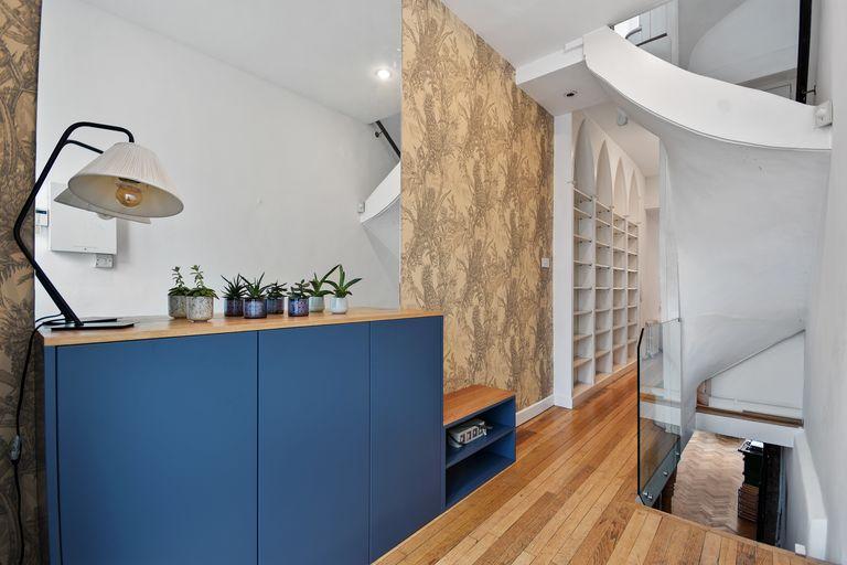 Phòng ngủ chính nằm trên tầng cao nhất, được trang bị giường âm tường. Phòng ăn có hai cửa kính dẫn thẳng ra sân vườn xanh mát.