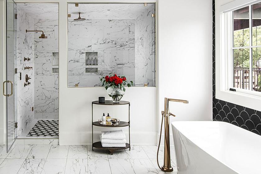 Phòng tắm đen trắng hiện đại với bồn tắm có chân đế màu trắng, bức tường màu tối trông thật thời thường và cá tính.