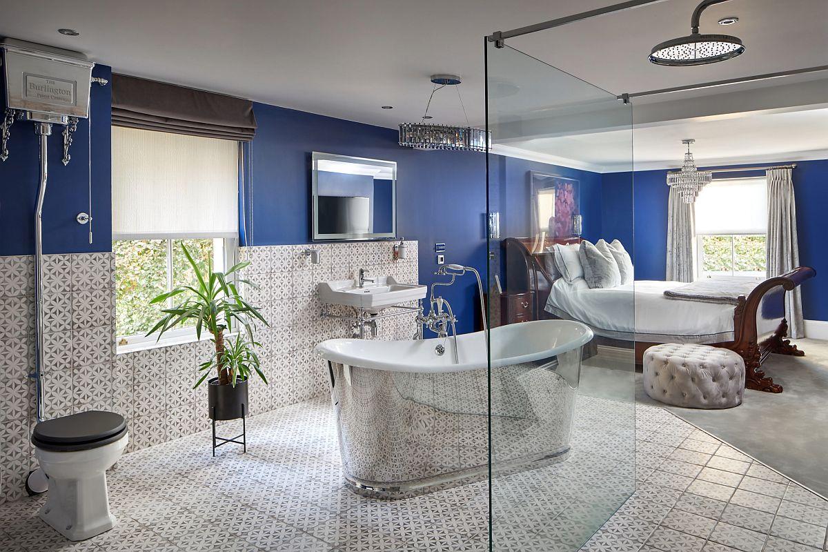 """Bồn tắm lấp lánh rực rỡ """"đánh cắp"""" sự chú ý trong phòng ngủ chính này, nơi cả hai phòng chức năng được tích hợp trong một."""