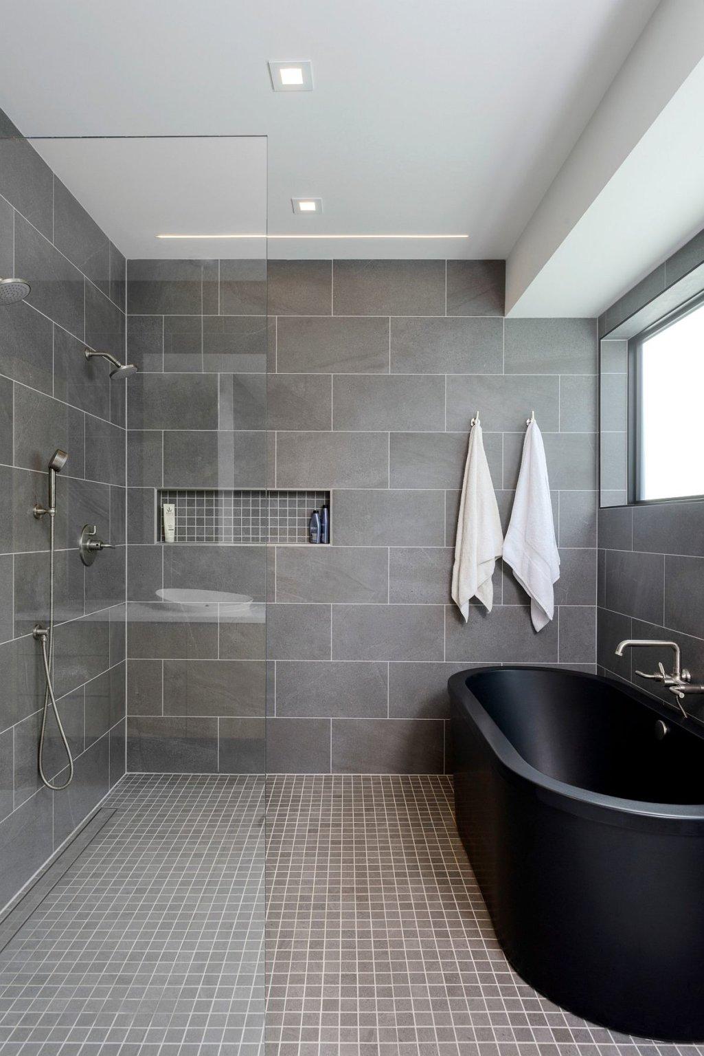 Thay vì màu trắng thông thường, bạn có thể đón nhận bồn tắm màu đen ấn tượng hơn cho mùa lễ hội cuối năm.