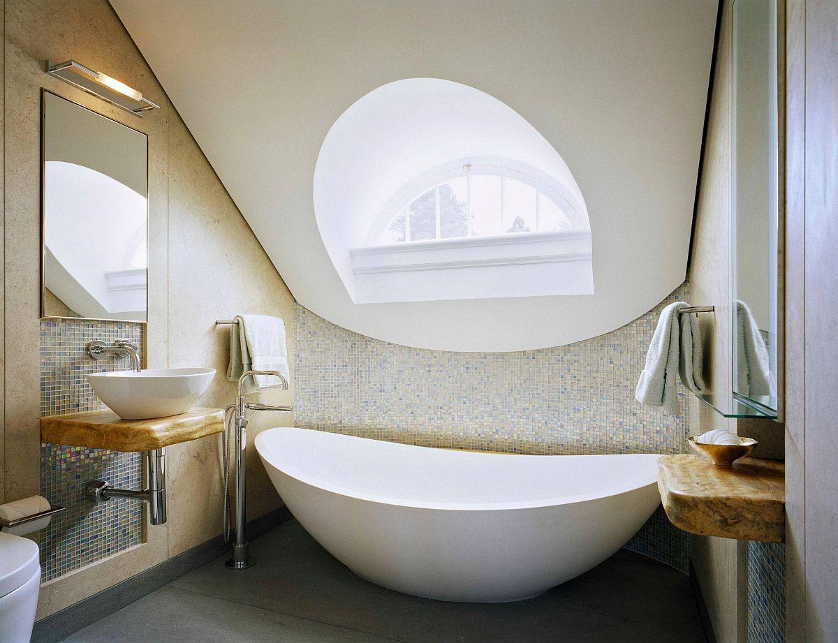 Bồn ngâm sâu phong cách châu Á màu trắng cho phòng tắm có phong cách tương tự.