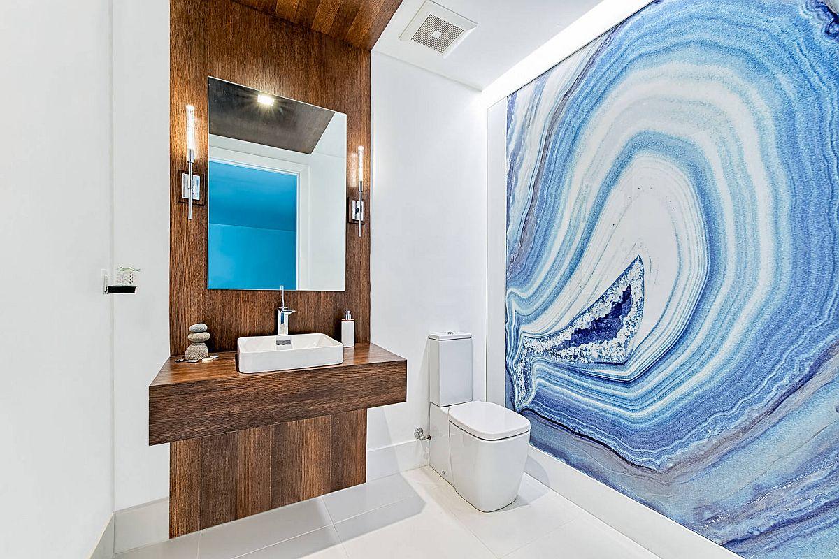 Thật khó để tìm thấy một bức tường điểm nhấn quyến rũ hơn trong phòng tắm này.