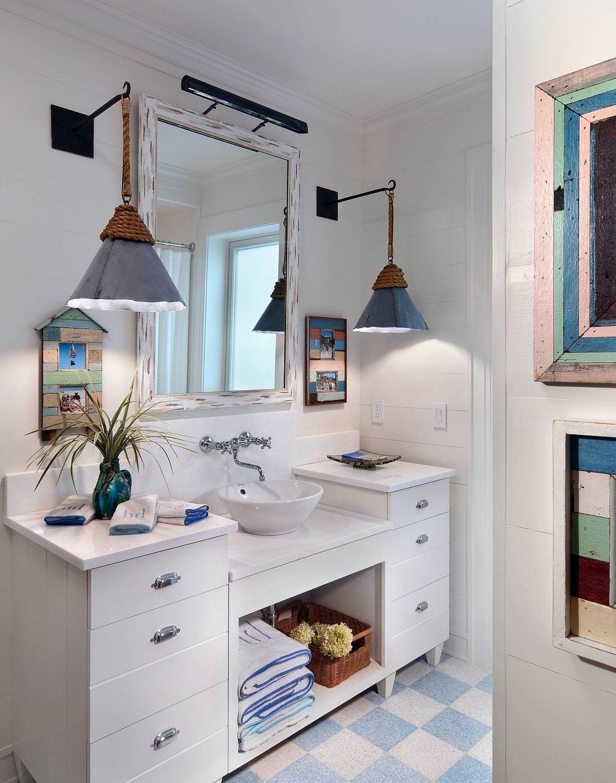 Mẫu phòng tắm kết hợp hoàn hảo giữa phong cách đồng quê và bãi biển. Bộ đôi đèn treo tường tạo cảm giác ấm áp, sang trọng hơn cho căn phòng.