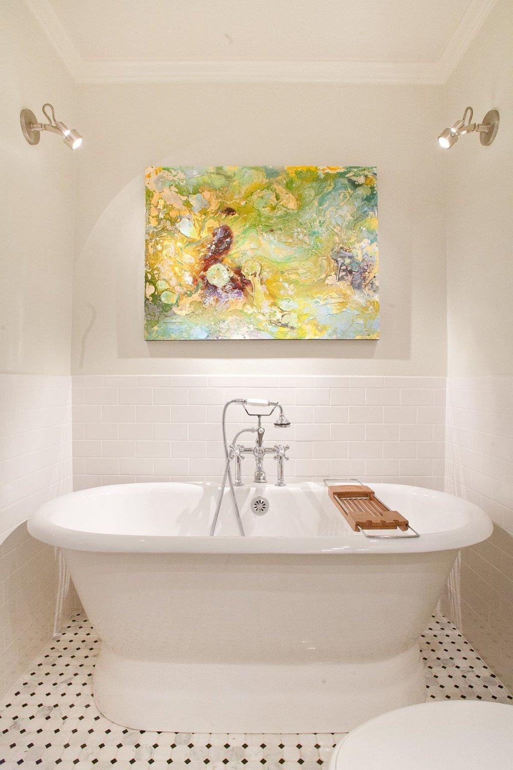 Phòng tắm nhỏ hiện đại ấn tượng hơn nhiều khi bạn sử dụng sáng tạo ánh sáng kết hợp với tranh nghệ thuật treo tường.