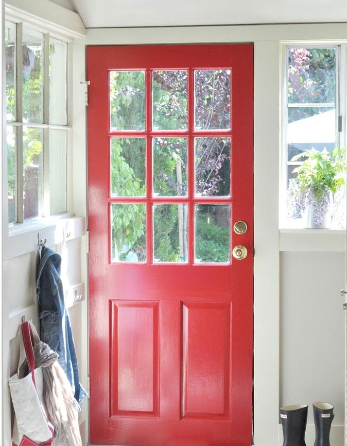 Với cửa hướng Nam, bạn nên sơn màu đỏ hoặc cam để thu hút may mắn vào nhà.