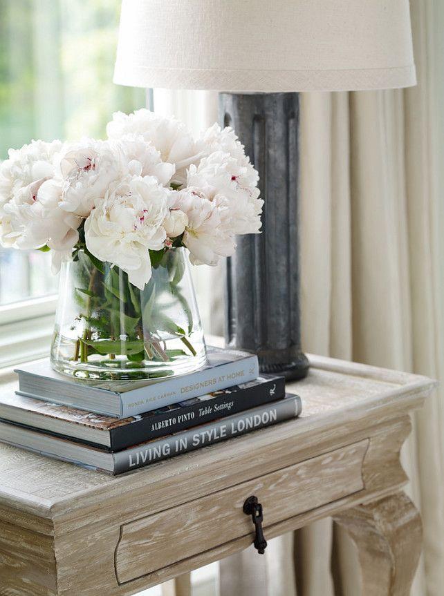 Lọ hoa tươi tắn vừa tạo bầu không khí vui vẻ, tràn đầy năng lượng, vừa góp phần thu hút may mắn đến với ngôi nhà.