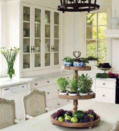 Trong phòng bếp nên đặt một bát hoặc rổ trái cây thơm ngon, tượng trưng cho sự giàu có, giúp thu hút năng lượng tích cực.