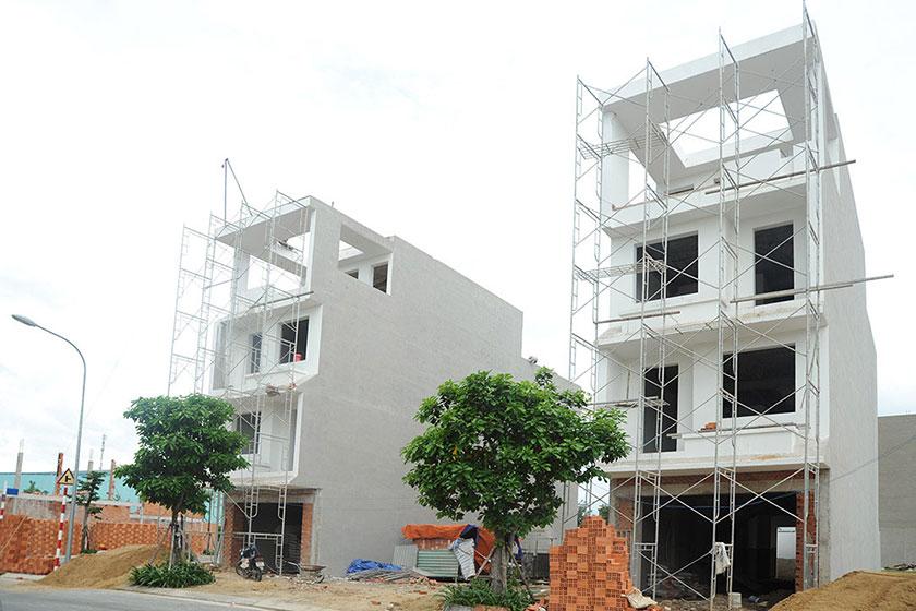 Vợ chồng chị Hương xây nhà ra ở riêng nhưng vì cố xây nhà to, vay mượn quá nhiều nên phải còng lưng trả nợ. Ảnh minh họa