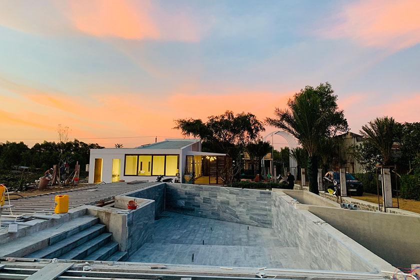 Clubhouse dưới ráng chiều và hồ bơi sinh thái đang hình thành