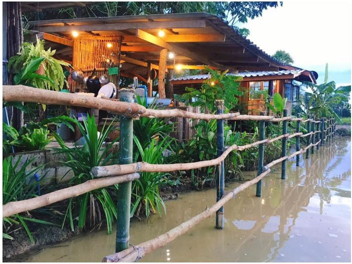 Ngôi nhà nhỏ được xây dựng ven bờ sông.