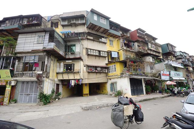 Người mua nhà có thể lựa chọn nhà mặt đất, chung cư mới hoặc nhà tập thể cũ... Ảnh minh họa