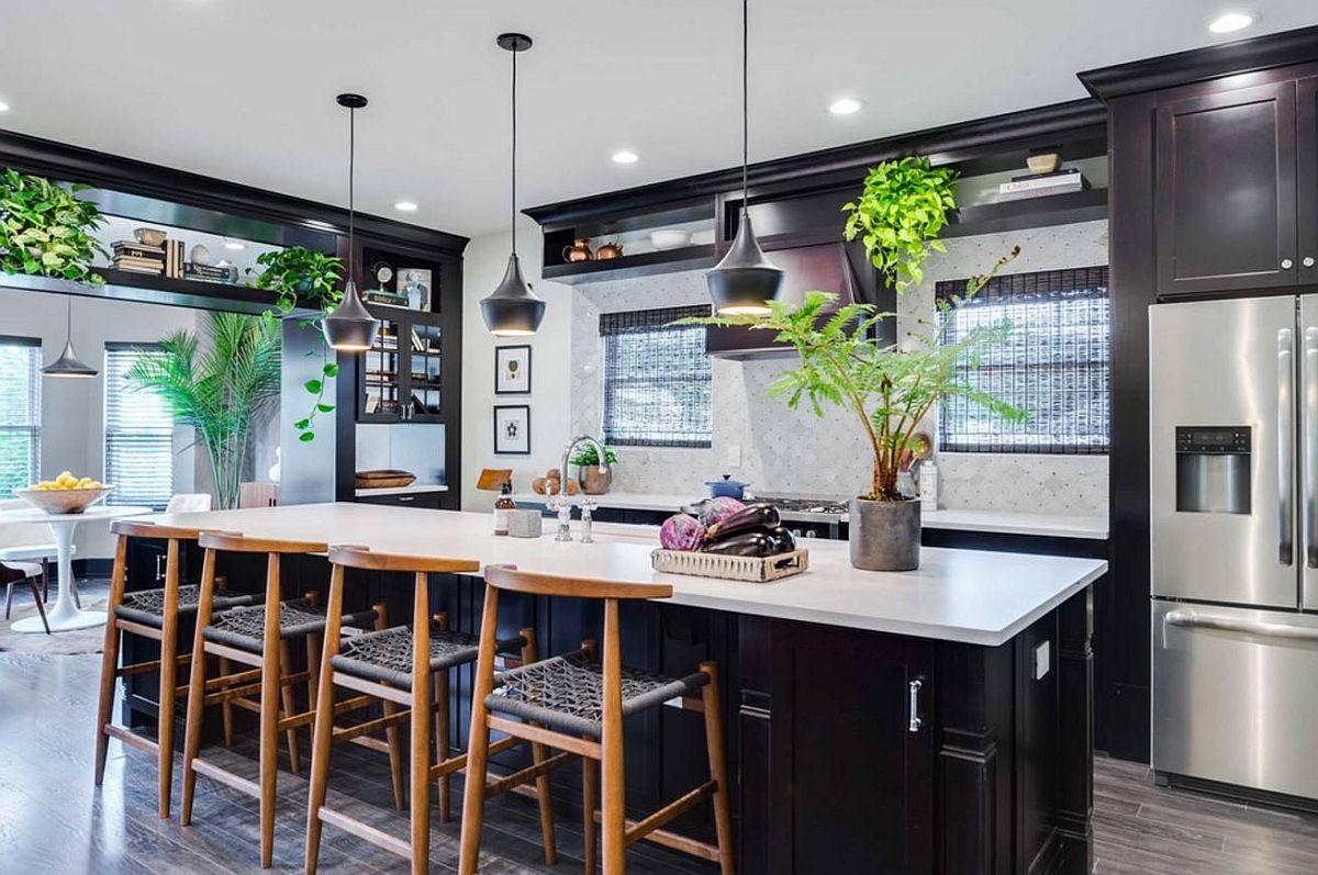 Xu hướng thiết kế bếp năm 2021 không thể thiếu cây xanh - phụ kiện trang trí sinh động.