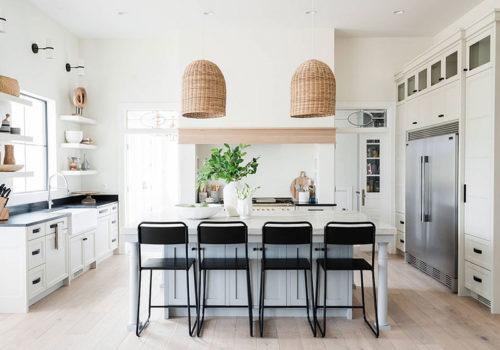 Đèn thả với phần chụp làm từ vật liệu tự nhiên thân thiện, mang đến cái nhìn mới lạ cho phòng bếp phong cách bãi biển.