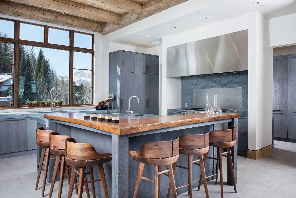 Nhà bếp màu trắng và xám hiện đại với quầy bar ăn sáng bằng gỗ tự nhiên mộc mạc tạo cảm giác ấm cúng, gần gũi.