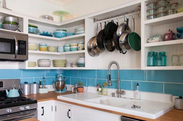 Thiết kế bếp hiện đại với không gian lưu trữ kết hợp linh hoạt giữa tủ đóng kín và kệ mở.