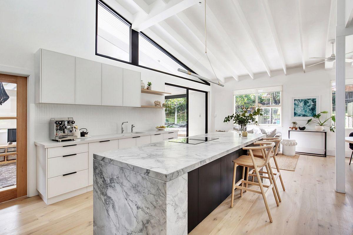 Kiến trúc sư khéo léo biến không gian ngoài trời trở thành một phần của gian bếp hiện đại, ngập tràn ánh sáng tự nhiên.