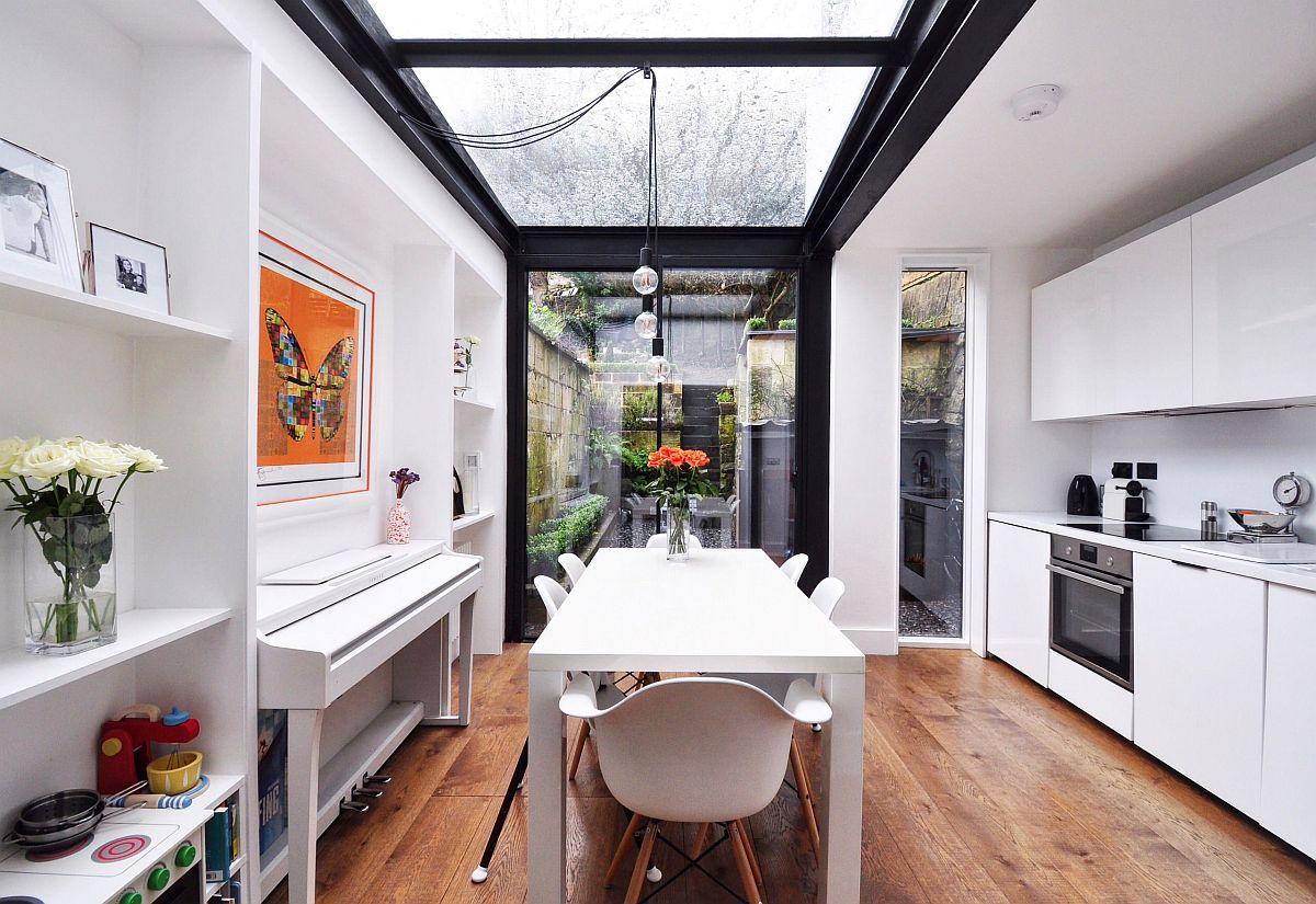 Thiết kế giếng trời là giải pháp thông gió, lấy sáng tự nhiên hiệu quả. Đồng thời, đây cũng là cách để mang không gian ngoài trời vào nhà bếp.