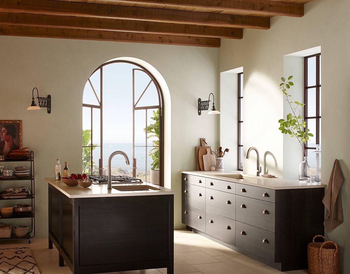 Chất liệu gỗ tự nhiên và đá phiến mang lại vẻ thanh lịch, sang trọng cho phòng bếp phong cách bãi biển hiện đại.