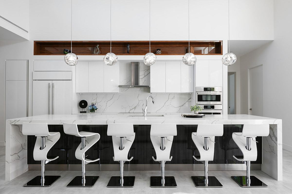 Chất liệu đá cẩm thạch trắng tạo nên vẻ sang trọng, lịch lãm cho căn bếp đương đại.