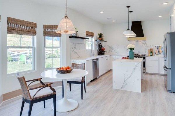 Nếu có ý định cải tạo, nâng cấp phòng bếp năm 2021, bạn đừng bỏ qua chất liệu đá cẩm thạch cho bề mặt bàn bếp, bàn đảo.