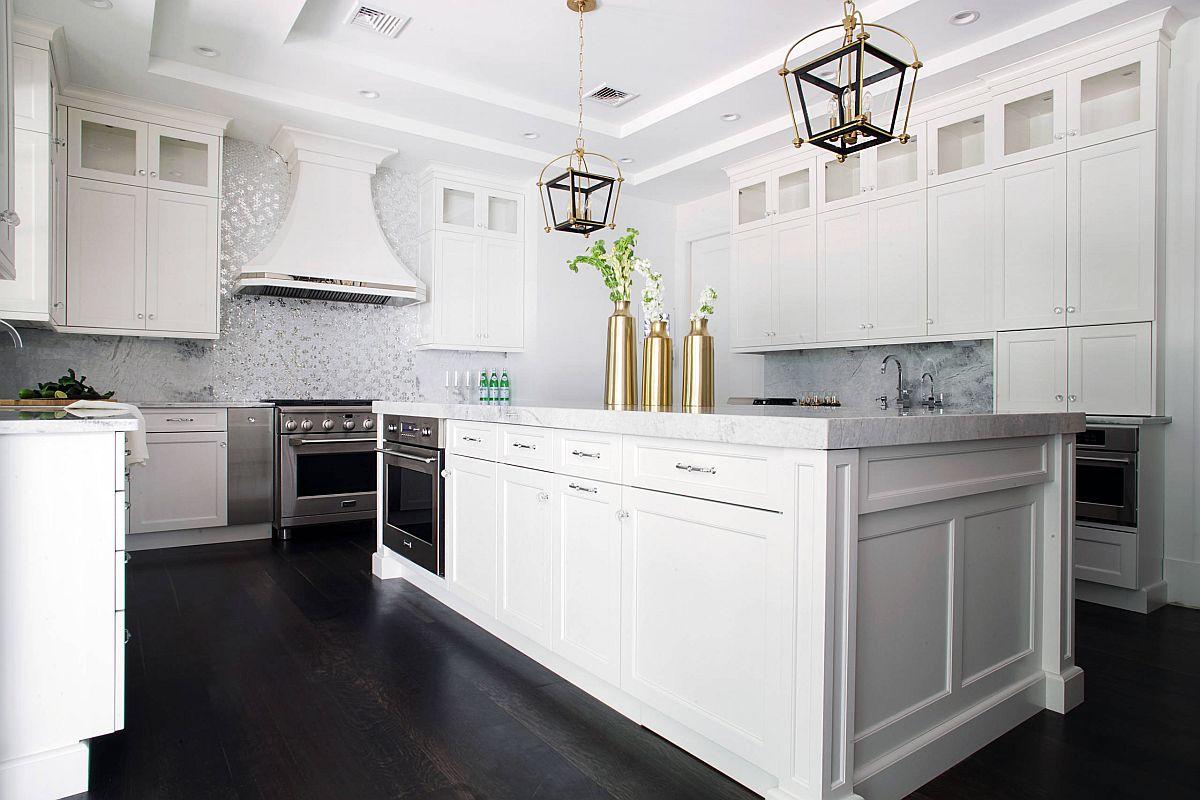 Máy hút mùi màu trắng có kiểu dáng hài hòa với thiết kế tổng thể của phòng bếp.
