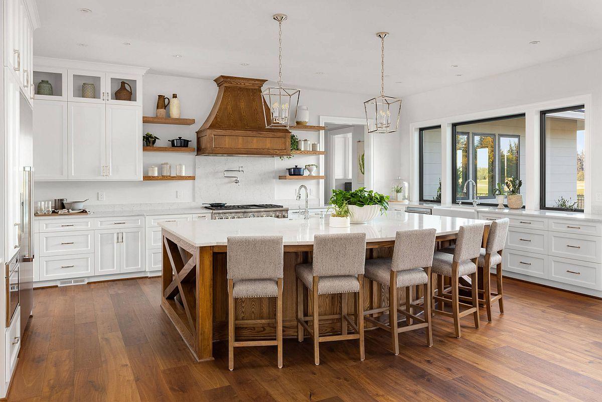 Máy hút mùi bằng gỗ tạo điểm nhấn khác biệt cho căn bếp màu trắng. Thiết kế bếp 2021, bạn nên cân nhắc lắp đặt thêm thiết bị này.