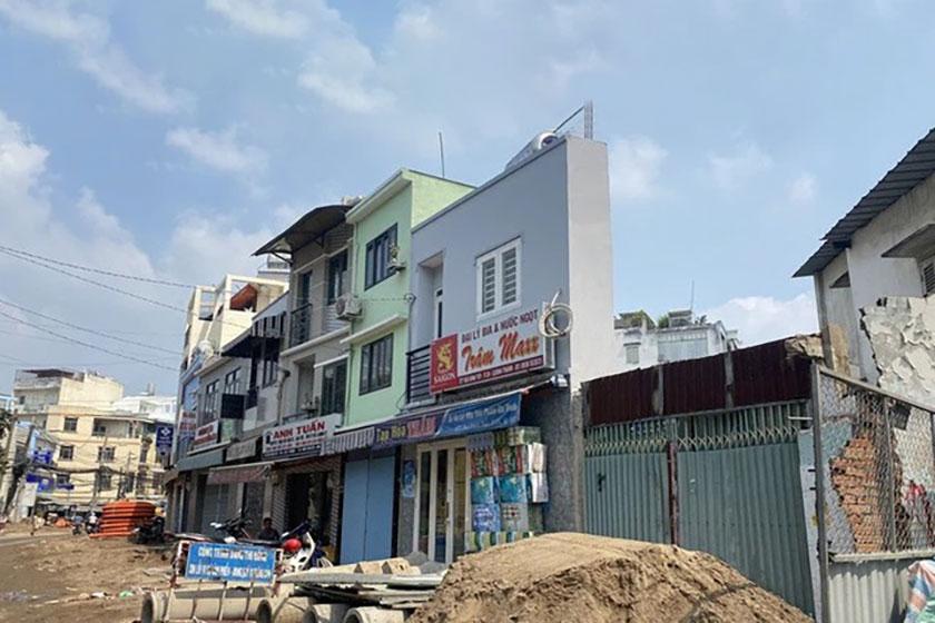 Đường Bùi Đình Túy, quận Bình Thạnh, TP HCM khi mở rộng mặt đường đã xuất hiện nhiều căn nhà siêu mỏng Ảnh: LÊ PHONG