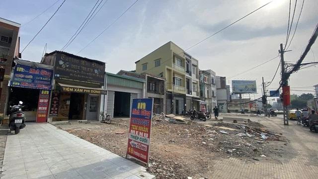 Khu vực ngã tư Bảy Hiền (quận Tân Bình, TP HCM) xuất hiện nhà siêu mỏng sau khi giải phóng mặt bằng để làm dự án tuyến metro số 2 Ảnh: LÊ PHONG