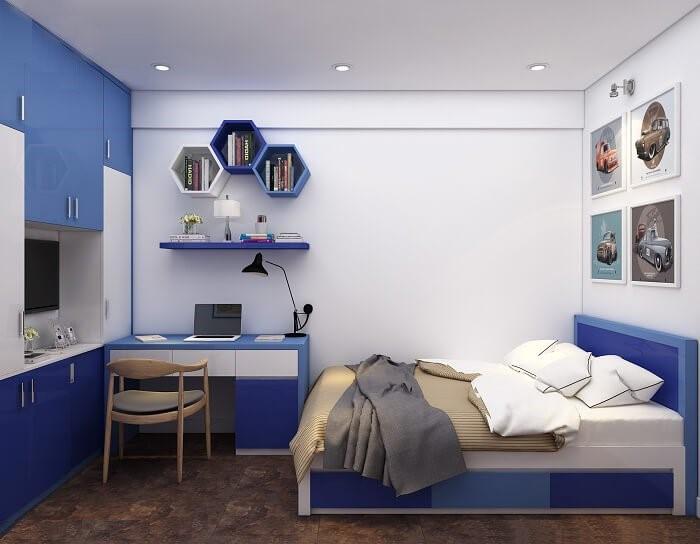 Phòng ngủ kết hợp góc học tập, làm việc dành cho cậu con trai được bài trí với sắc trắng làm phông nền chính, nhấn nhá màu xanh dương tươi mát.