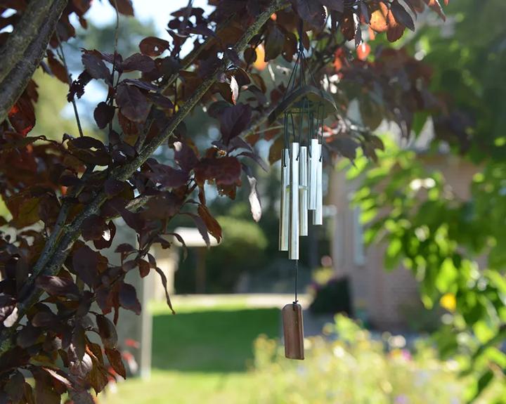 Chuông gió là một trong những vật dụng trang trí kiến tạo phong thủy sân vườn tốt.