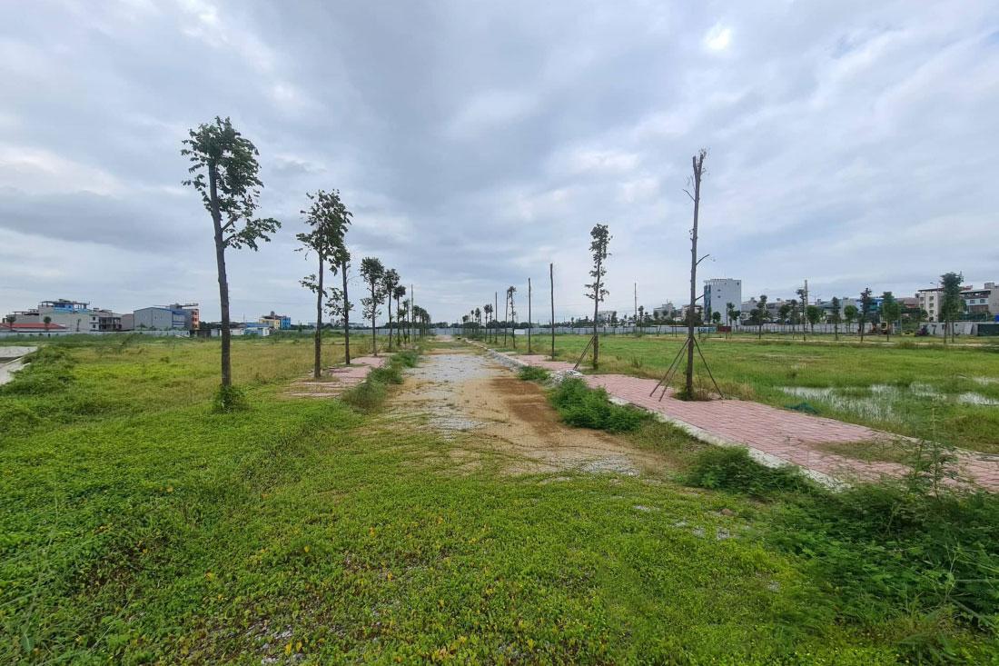 """Nhiều dự án khu nhà ở tại các địa phương như Bắc Giang, Hải Dương, Bắc Ninh... rơi vào cảnh trầm lắng sau đợt """"sốt đất"""" đầu năm 2021. (Trong ảnh là một dự án nhà ở tại Yên Phong, Bắc Ninh). Ảnh M.K"""